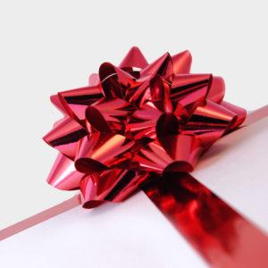 Декоративный бант из полиэтилентерефталата на клеевом основании, размером 1,2 х 6 см, для оформления подарков.